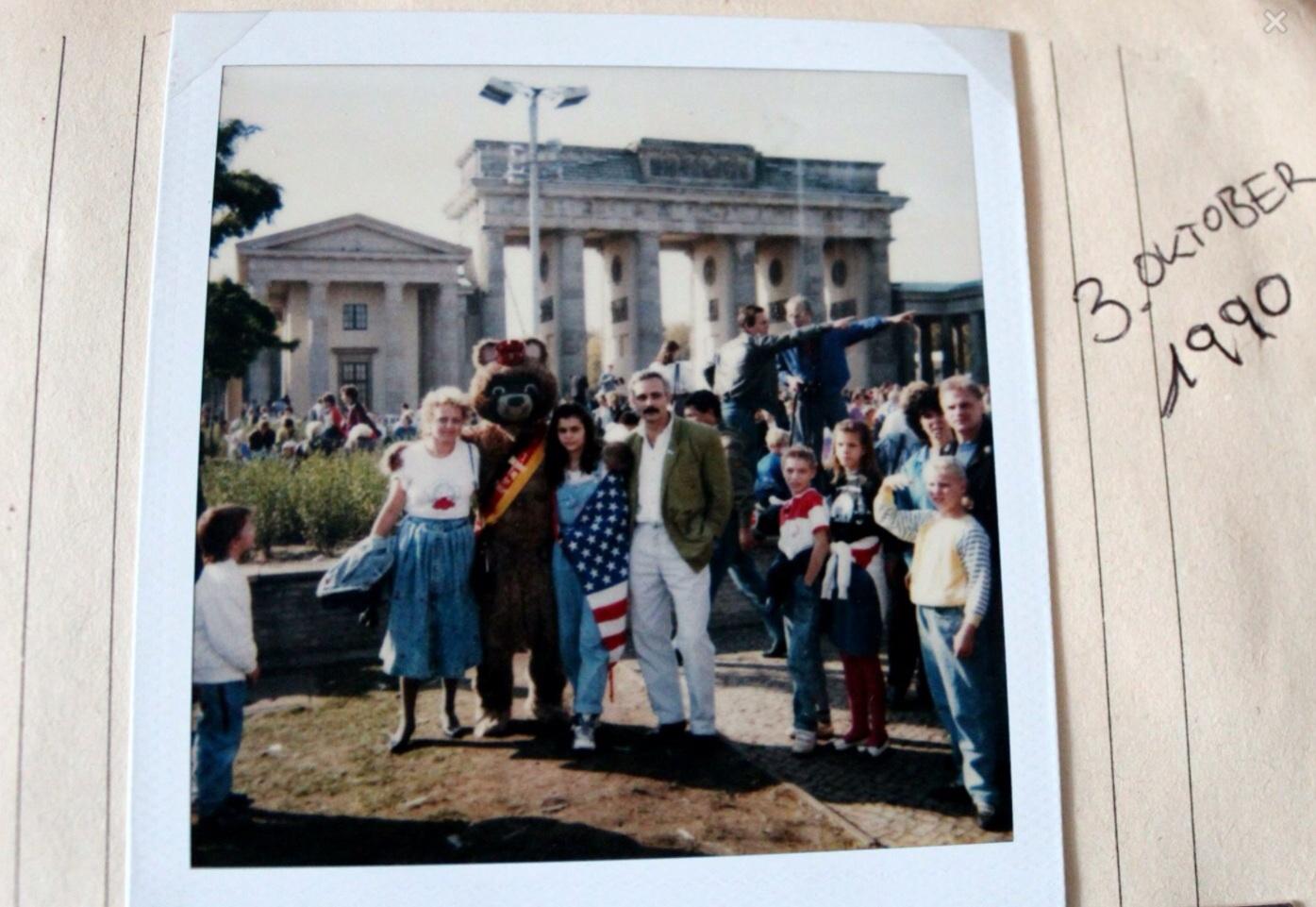 Ystäväni perheensä kanssa Brandenburgin portilla vuosi muurin murtumisen jälkeen, Saksojen yhdistymisen juhlassa.